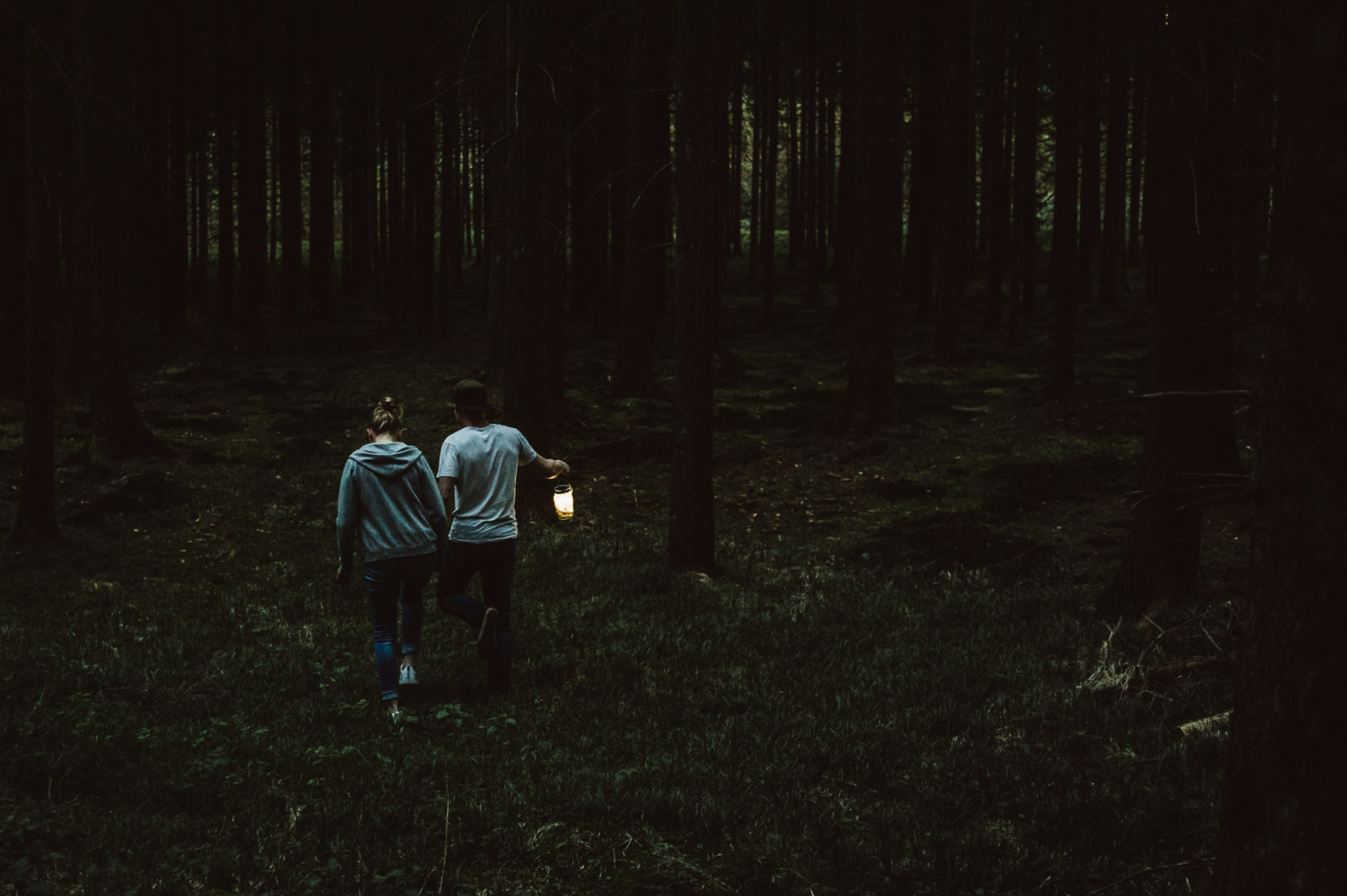 Junges Paar im Wald mit Laterne